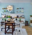 Голубые стены на кухне большой площади