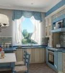 Голубые занавески и двухцветная мебель на кухне