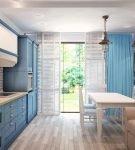 Просторная кухня с голубыми деталями
