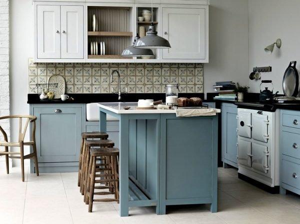 Светло-голубая мебель в интерьере кухни прованс
