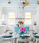 Белая кухня с голубыми деталями