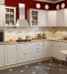 Белый гарнитур на фоне красной стены кухни прованс