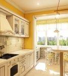 Яркие стены на кухне в стиле прованс