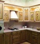 Узорчатый гарнитур на кухне прованс