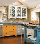 Яркий шкаф на кухне прованс