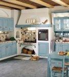 Бело-голубая мебель на кухне прованс