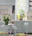 Ваза с цветами на кухне в стиле прованс