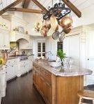 Эффектный декор потолка на кухне прованс