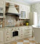 Фартук из плитки на кухне с прованским интерьером