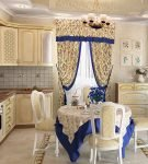 Сине-бежевый текстиль на кухне прованс