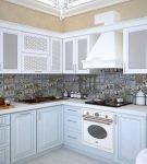 Пёстрый фартук на кухне в стиле прованс