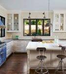 Синие детали на кухне с прованским интерьером