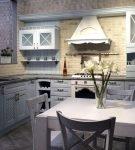 Светлый гарнитур на кухне с дизайном прованс