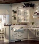Белая мебель для кухни в прованском стиле