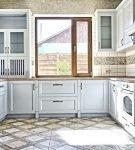 Светлая мебель и большое окно на кухне