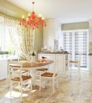 Яркая люстра на кухне в прованском стиле