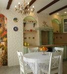 Оригинальная картина на маленькой кухне в стиле прованс