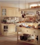Бежевая мебель на кухне прованс