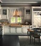 Тёмный пол на кухне с прованским дизайном