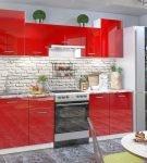 Гарнитур бело-красной кухни