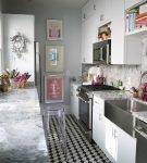 Пол и потолок серо-белой кухни
