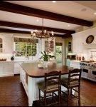 Пол и потолок белой кухни с коричневым столом