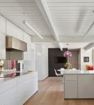 Светло-коричневый пол в белой кухне