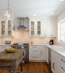 Тёмный пол белой кухни