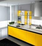 Яркая мебель в стиле минимализм на кухне