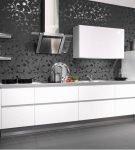 Чёрная стена и белая мебель на кухне