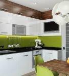 Зелёный фартук на кухне с белой мебелью