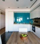 Яркие поверхности на кухне с дизайном минимализм