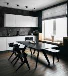 Чёрный стол и стулья на кухне