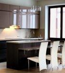 Яркая штора на лаконичной кухне минимализм
