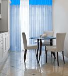 Голубые шторы на кухне с лаконичным интерьером