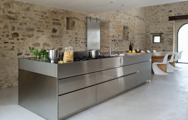 Оформление стен в кухне хай-тек