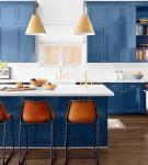 Белая кухня с акцентами на синий цвет