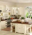 Просторная кухня со стойкой-островом в стиле прованс