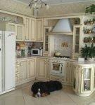 Угловая кухня со стойкой в античном стиле