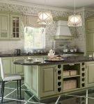 Фисташковая кухня со стойкой-островом в стиле прованс