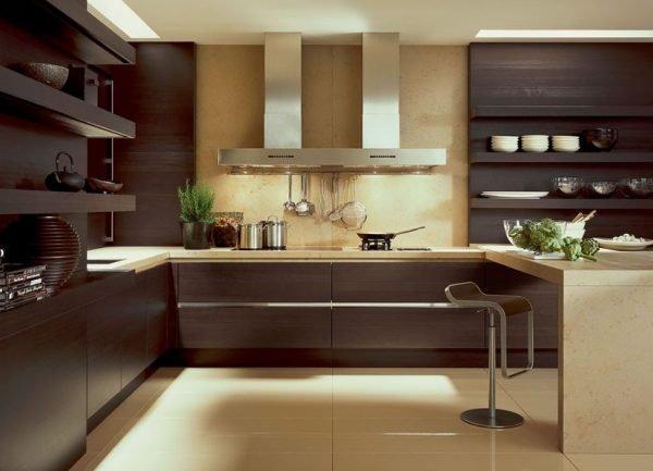 Тёмная мебель на большой кухне