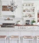 Белая кухня с элементами коричневого цвета