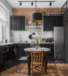 Чёрно-белая кухня с коричневыми участками