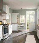 Белая кухня с серыми стенами