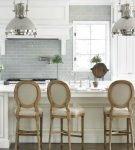 Бело-серая кухня с коричневыми стульями