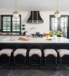 Чёрно-белая кухня с тёмными оконными рамами