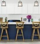 Бело-синяя кухня с синим столом