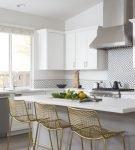 Белая кухня с золотистыми элементами