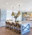 Белая кухня с золотистыми люстрами