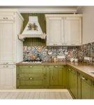 Угловая бело-зелёная кухня